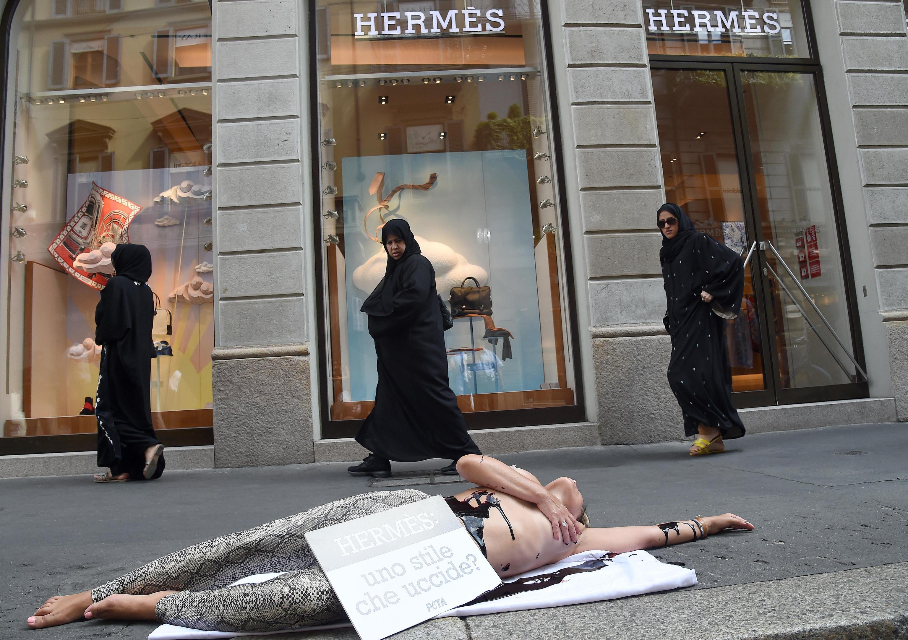 Animalista insanguinata davanti negozio Hermes: protesta Peta a Milano2