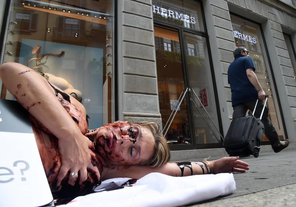 Animalista insanguinata davanti negozio Hermes: protesta Peta a Milano