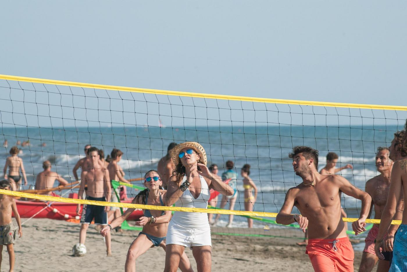 Daniela Santanchè fisico da ragazzina: in vacanza gioca a beach volley 12