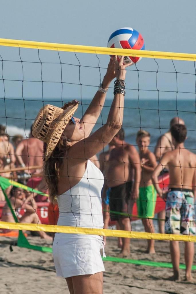 Daniela Santanchè fisico da ragazzina: in vacanza gioca a beach volley 5