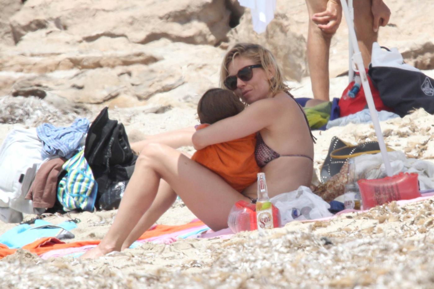 Sienna Miller mamma tenera e premurosa a Formentera3