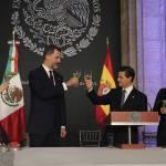Letizia Ortiz di Spagna: abito rosso monospalla per la visita in Messico FOTO