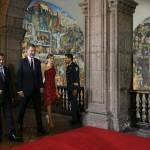 Letizia Ortiz di Spagna: abito rosso monospalla per la visita in Messico FOTO 1