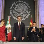 Letizia Ortiz di Spagna: abito rosso monospalla per la visita in Messico FOTO 8