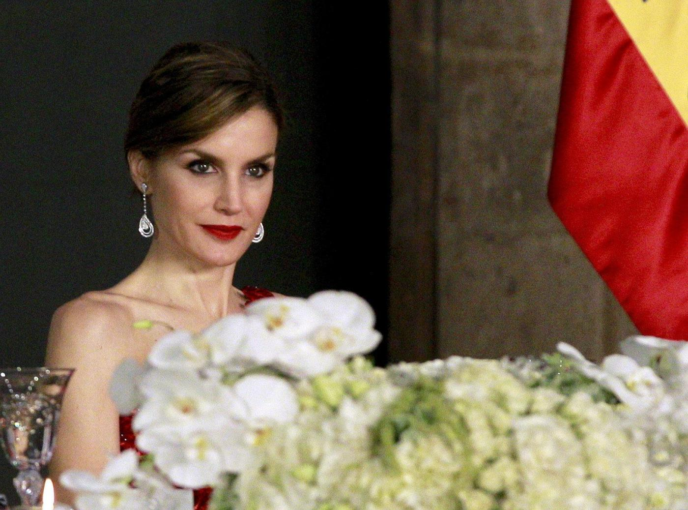 Letizia Ortiz di Spagna: abito rosso monospalla per la visita in Messico FOTO 14