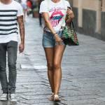 Laura Barriales, shorts e sandali per lo shopping di lusso a Milano FOTO