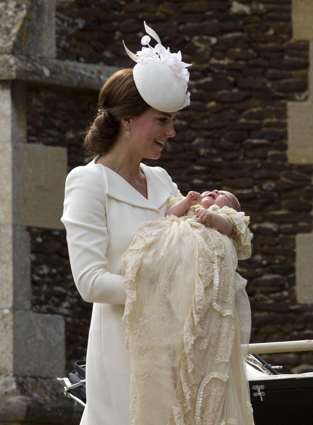 Kate Middleton, completo color crema al battesimo figlia Charlotte FOTO 1