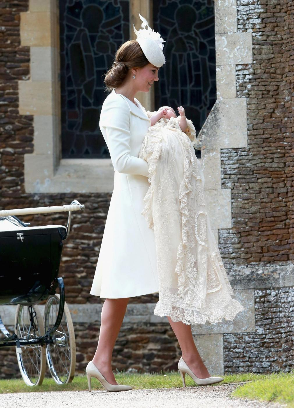Kate Middleton, completo color crema al battesimo figlia Charlotte FOTO 5
