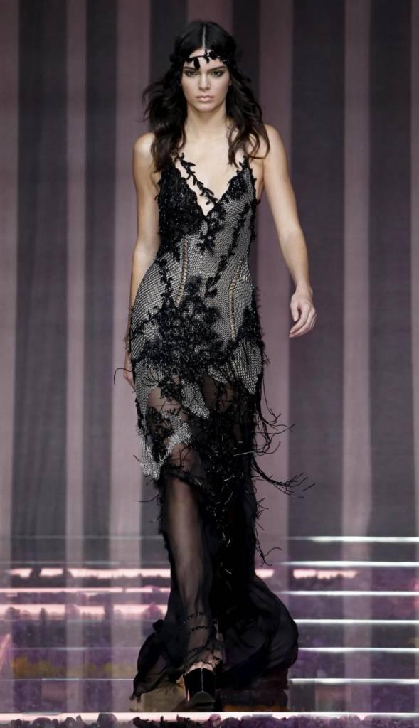 Kendall Jenner incanta Parigi: la modella sfila per Versace FOTO