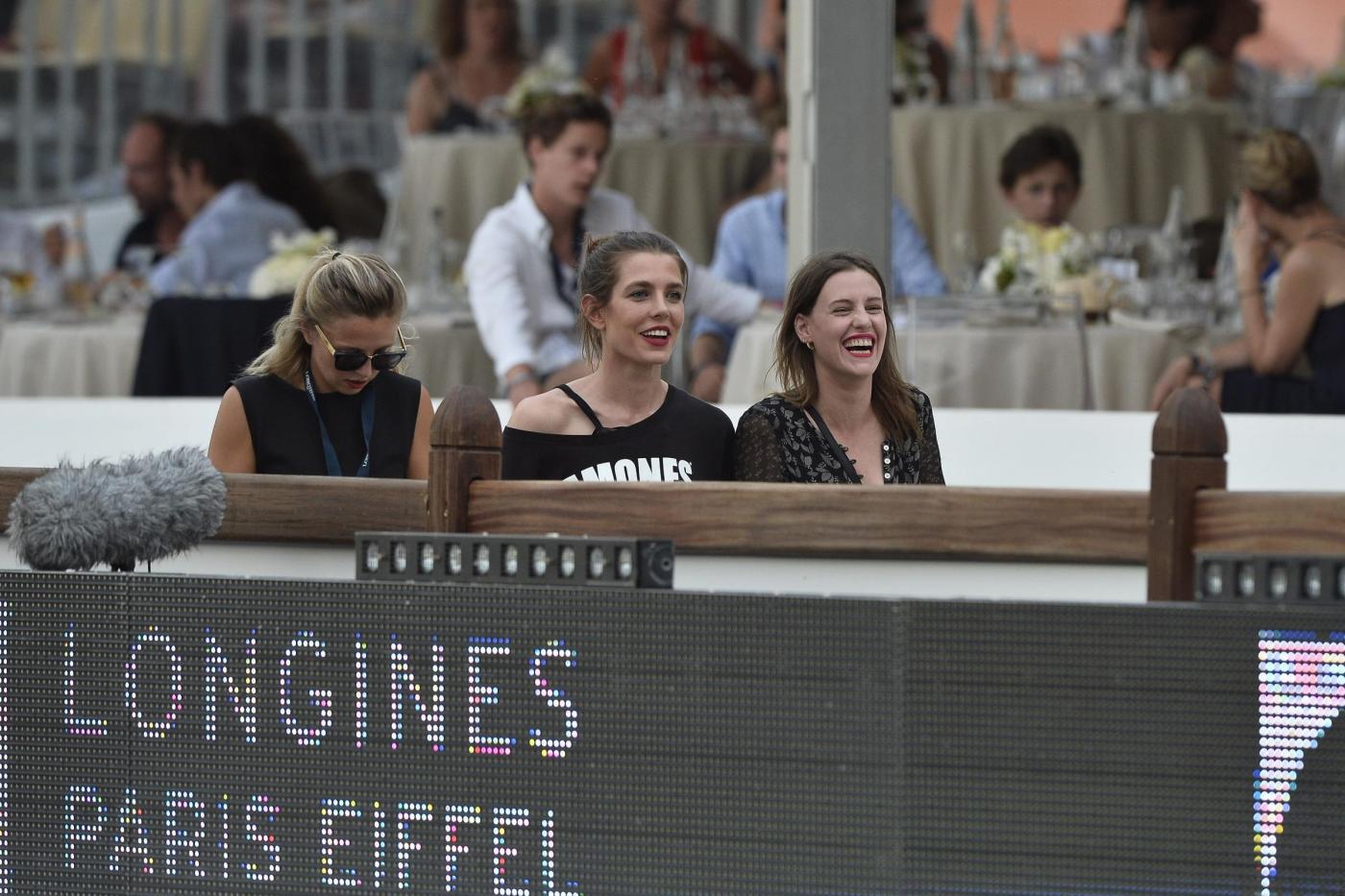 Charlotte Casiraghi versione rocker: indossa maglia dei Ramones a Parigi FOTO 9