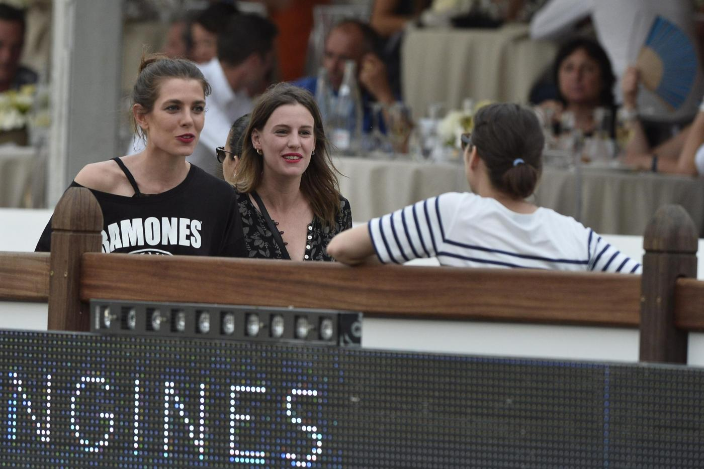Charlotte Casiraghi versione rocker: indossa maglia dei Ramones a Parigi FOTO 11