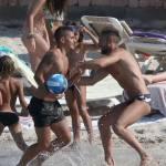 Marco Verratti a Formentera: incanta i bagnanti giocando con la palla FOTO