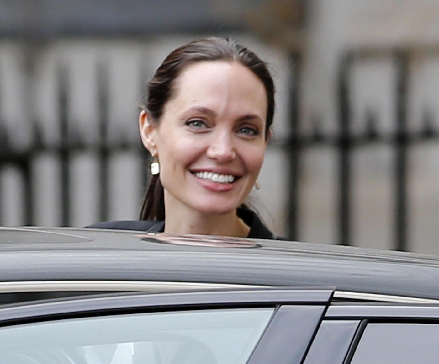 Angelina Jolie, tailleur elegante e tacchi a Londra FOTO