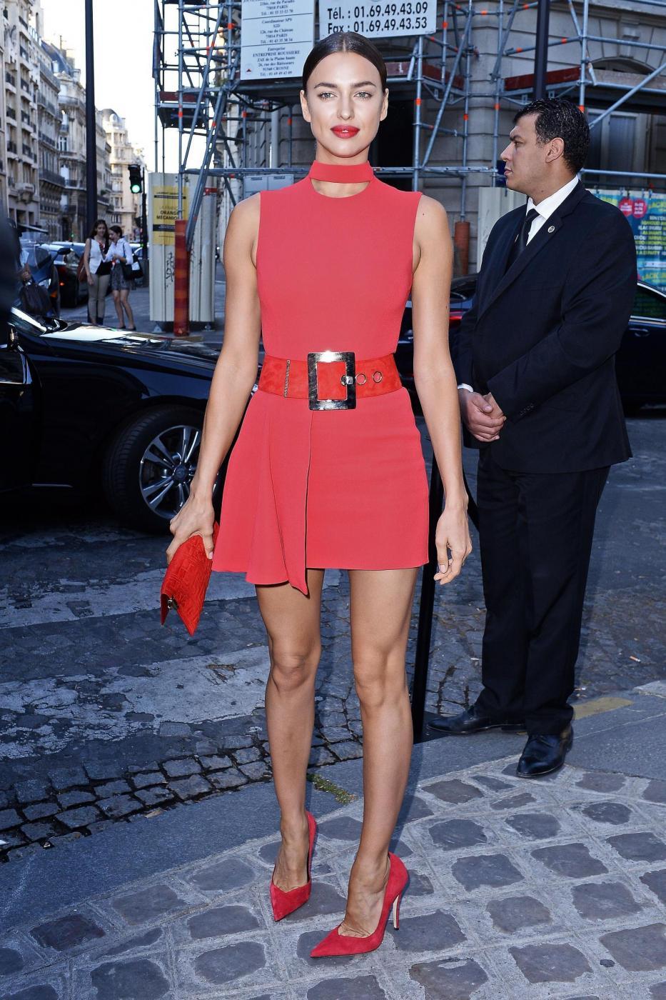 Irina Shayk mette in mostra le sue gambe perfette a Parigi FOTO