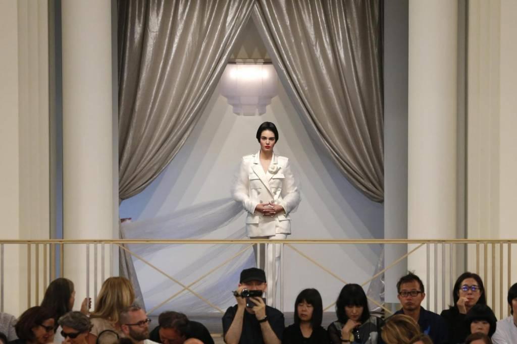Kendall Jenner irriconoscibile alla sfilata Chanel: capello corto e trucco intenso FOTO