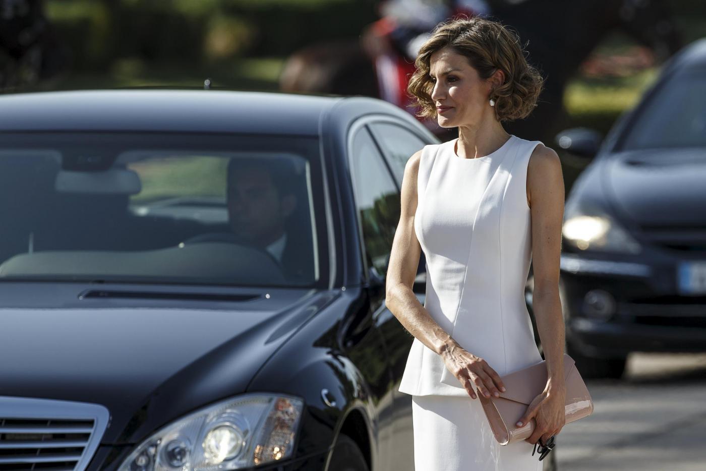 Letizia Ortiz di Spagna più sensuale che mai: tubino bianco e caschetto mosso FOTO