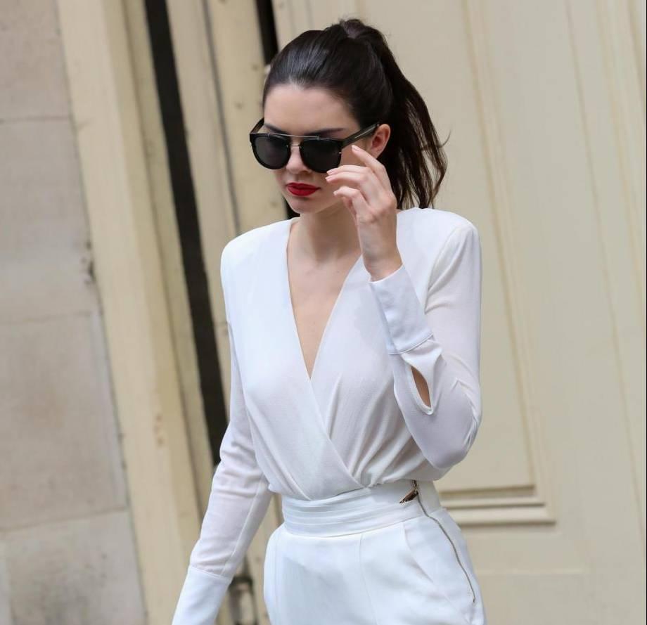 Kendall Jenner magrissima: tutina bianca a Parigi dopo sfilata Chanel FOTO