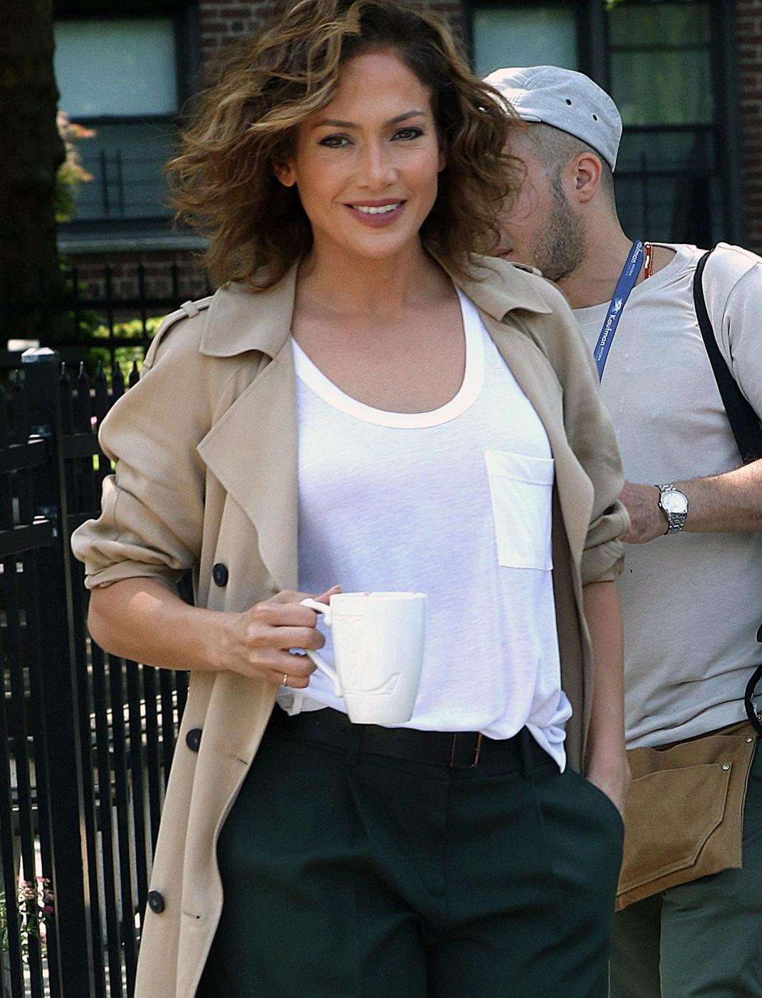Jennifer Lopez, look sconvolto per motivi di copione: caschetto riccio e forme lievitate FOTO
