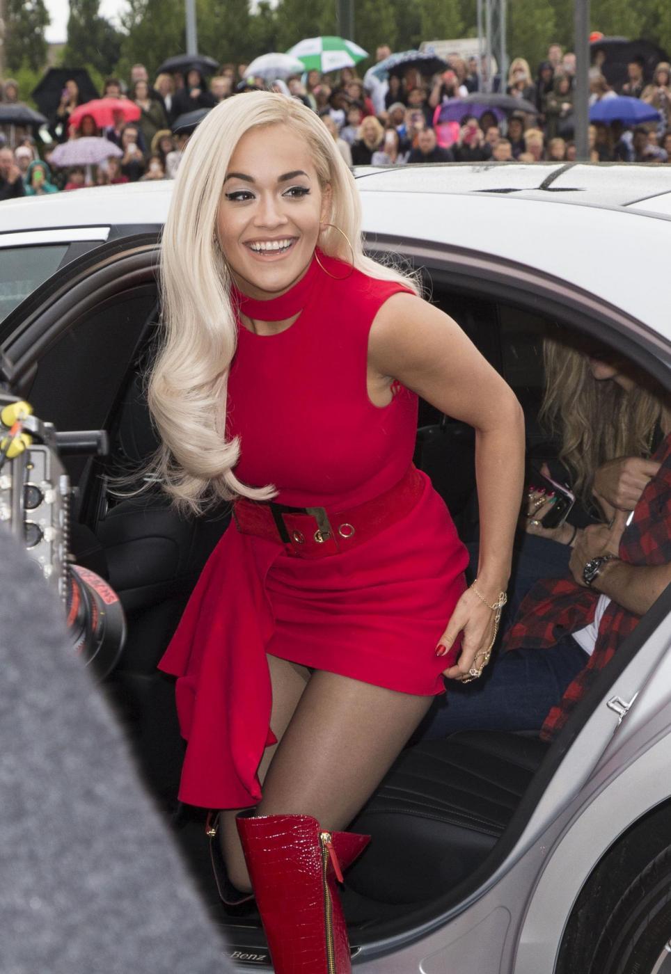 Rita Ora copia Irina Shayk: stesso abito rosso firmato Versace FOTO