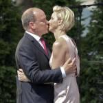 Charlene di Monaco sensuale, tubino color cipria con schiena scoperta FOTO