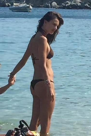 Alessandra Ambrosio in spiaggia a Mykonos con i figli Anja e Noah FOTO5