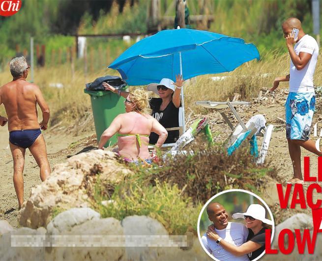 Antonella Clerici sulla spiaggia libera, vacanze low cost