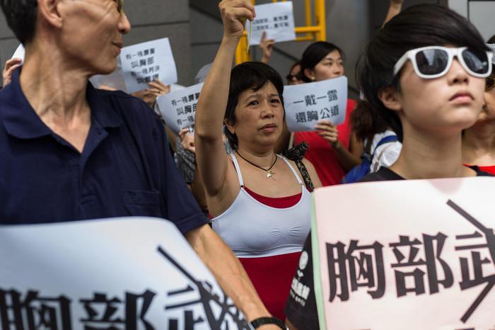 "Hong Kong, donna arrestata per seno nudo: scoppia rivolta del ""reggiseno4"