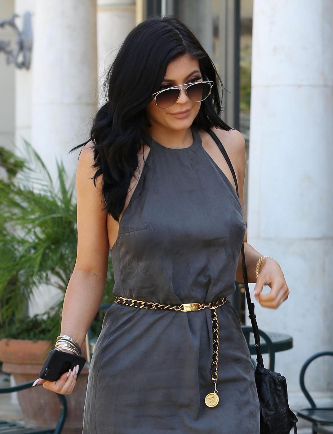 Kylie Jenner sensuale con il mini abito corto grigio