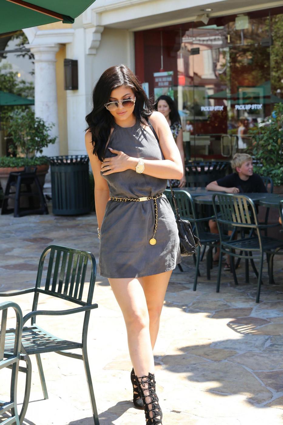 Kylie Jenner sensuale con il mini abito corto grigio9