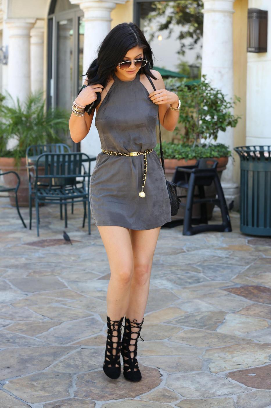 Kylie Jenner sensuale con il mini abito corto grigio8