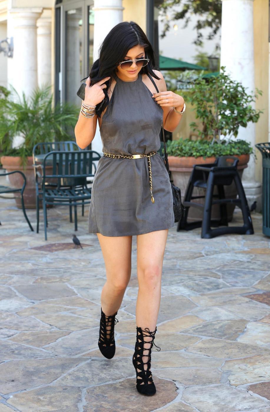 Kylie Jenner sensuale con il mini abito corto grigio7