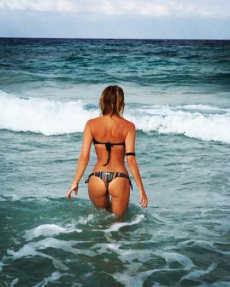 Alessia Marcuzzi, lato b perfetto al mare FOTO