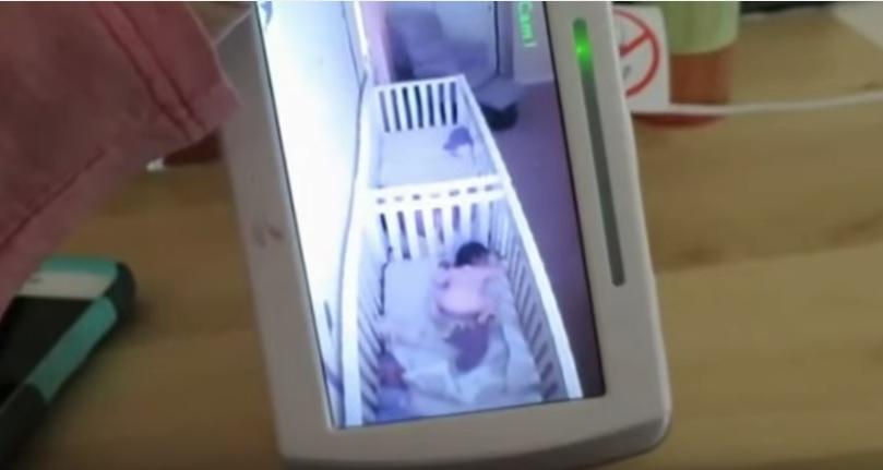 Mamma parla al baby monitor: gemelline fingono di dormire