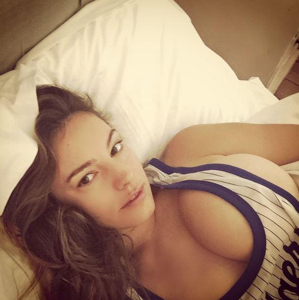 Kelly Brook, selfie senza reggiseno fa impazzire fan