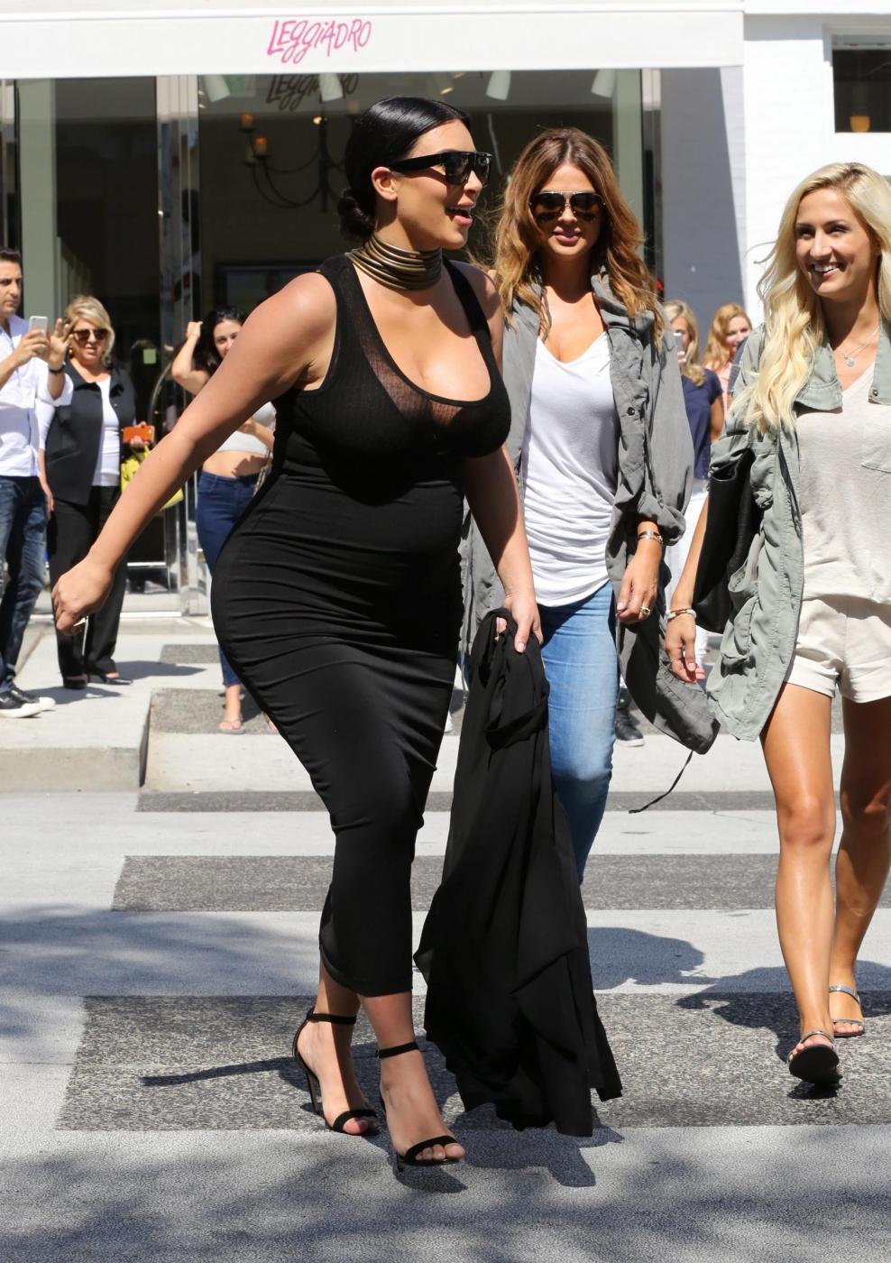 Kim Kardashian incinta ed elegante anche dal dottore14