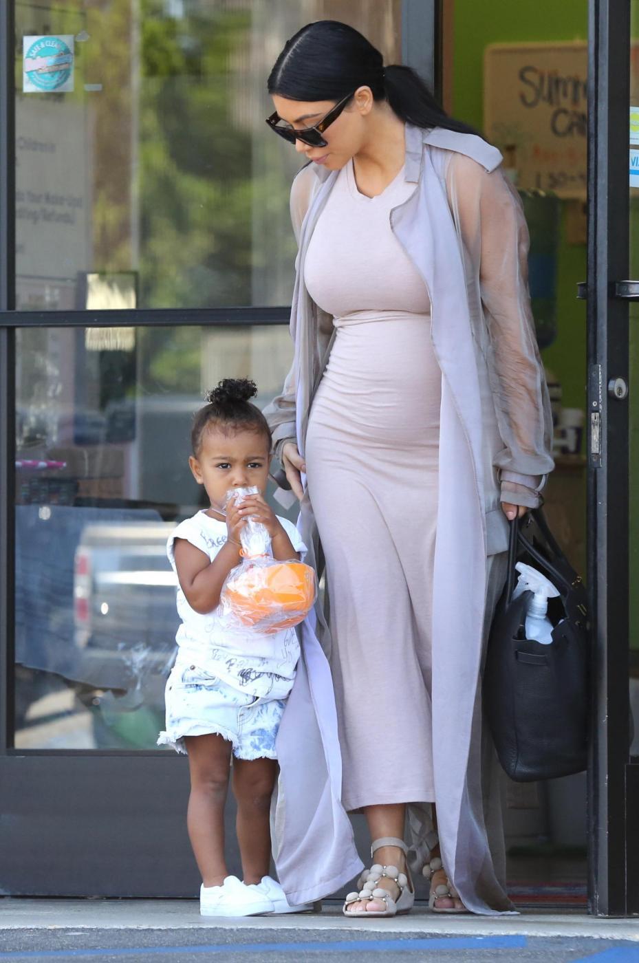 Kim Kardashian col pancione17