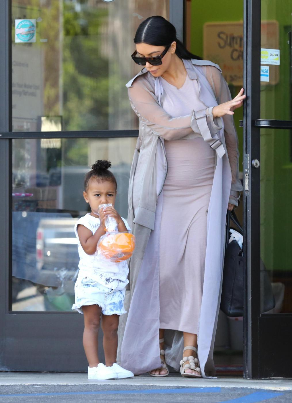 Kim Kardashian col pancione6