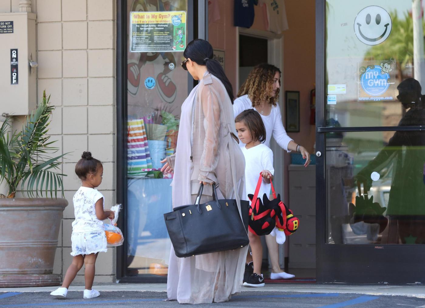 Kim Kardashian col pancione1