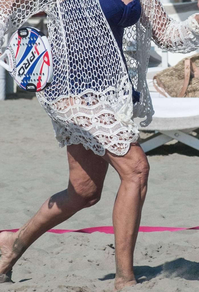 Nek e Daniela Santanchè, racchettoni in spiaggia e... cellulite in vista