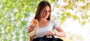 Mangiare camminando fa ingrassare: peggio che guardare la tv