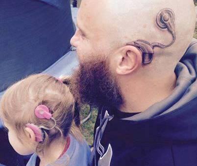 """La figlia è sorda, papà si tatua impianto cocleare: """"Non deve sentirsi sola"""""""