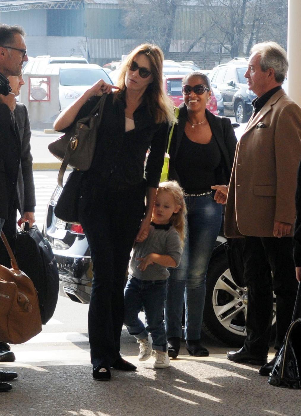 Nicolas Sarkozy e Carla Bruni mano nella mano
