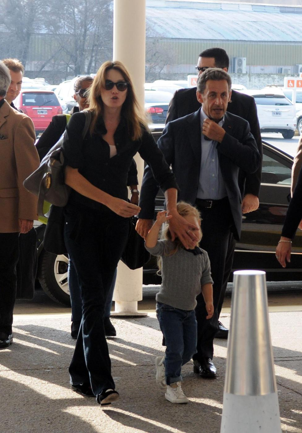 Nicolas Sarkozy e Carla Bruni mano nella mano5