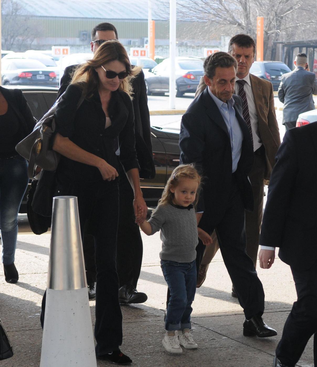 Nicolas Sarkozy e Carla Bruni mano nella mano4