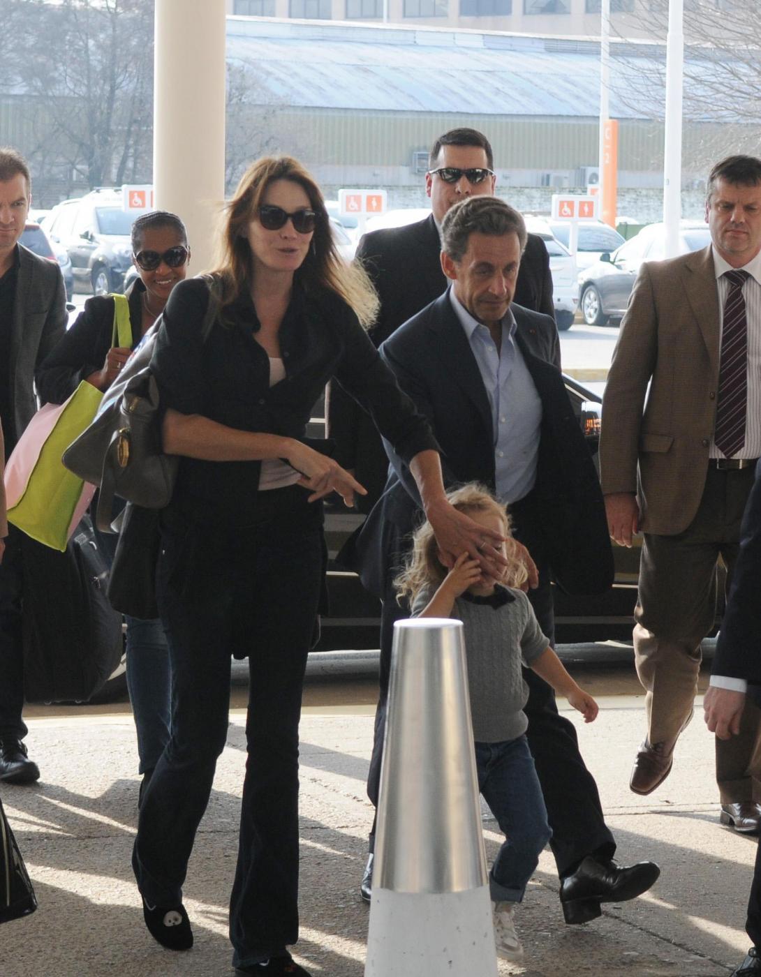 Nicolas Sarkozy e Carla Bruni mano nella mano3