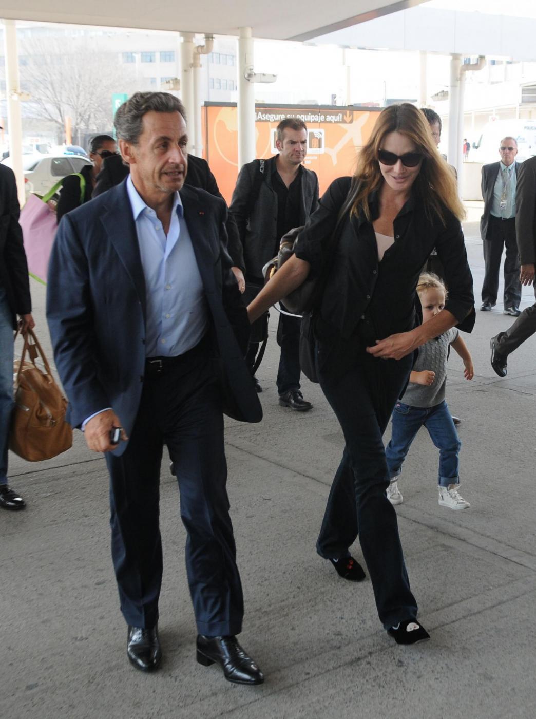 Nicolas Sarkozy e Carla Bruni mano nella mano2