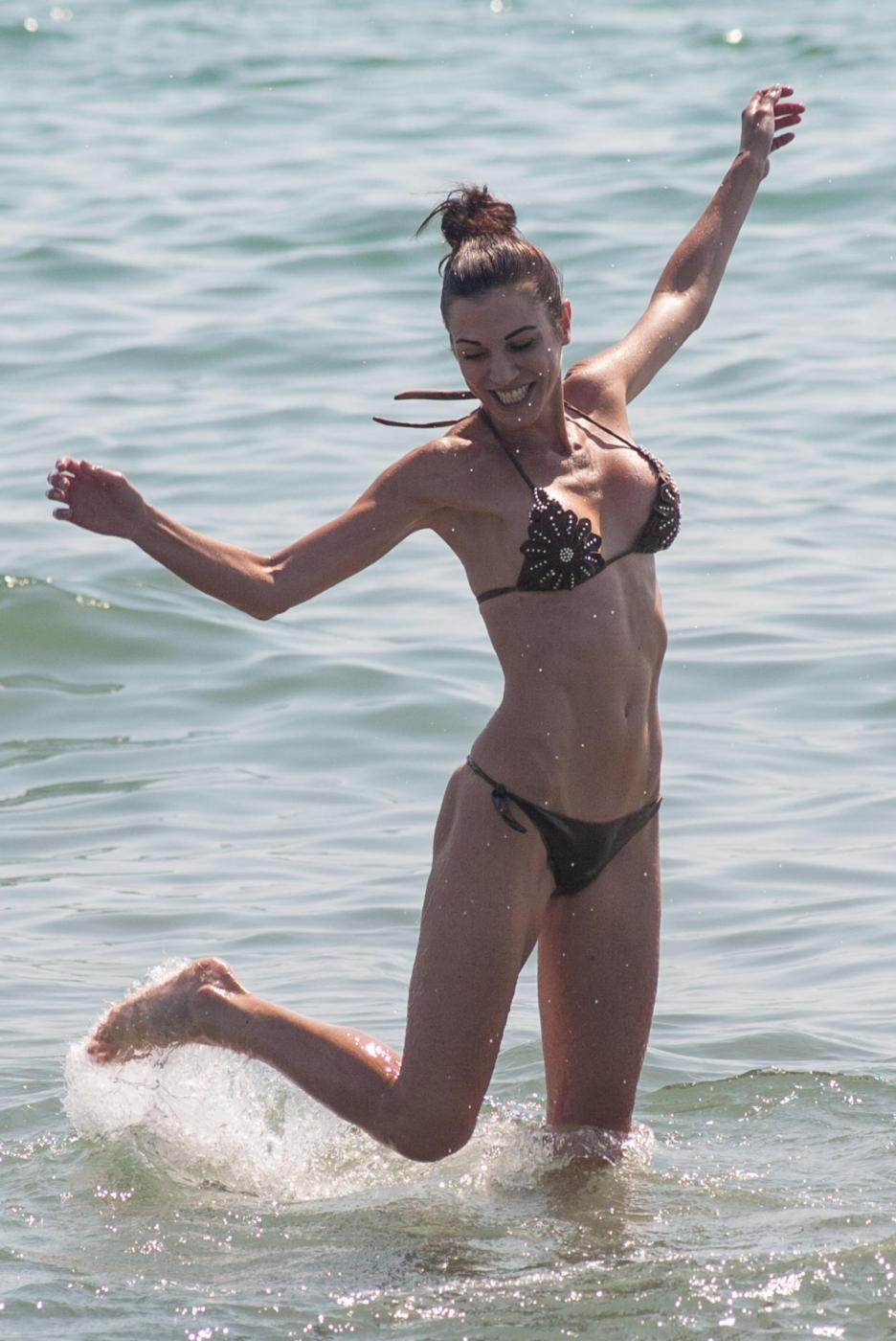 Federica Torti, doccia hot e curve da urlo a Forte dei Marmi FOTO