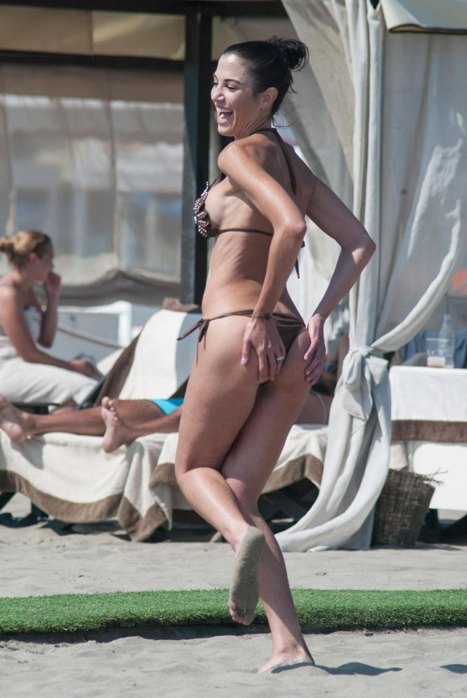 Federica Torti, doccia hot e curve da urlo a Forte dei Marmi FOTO 3