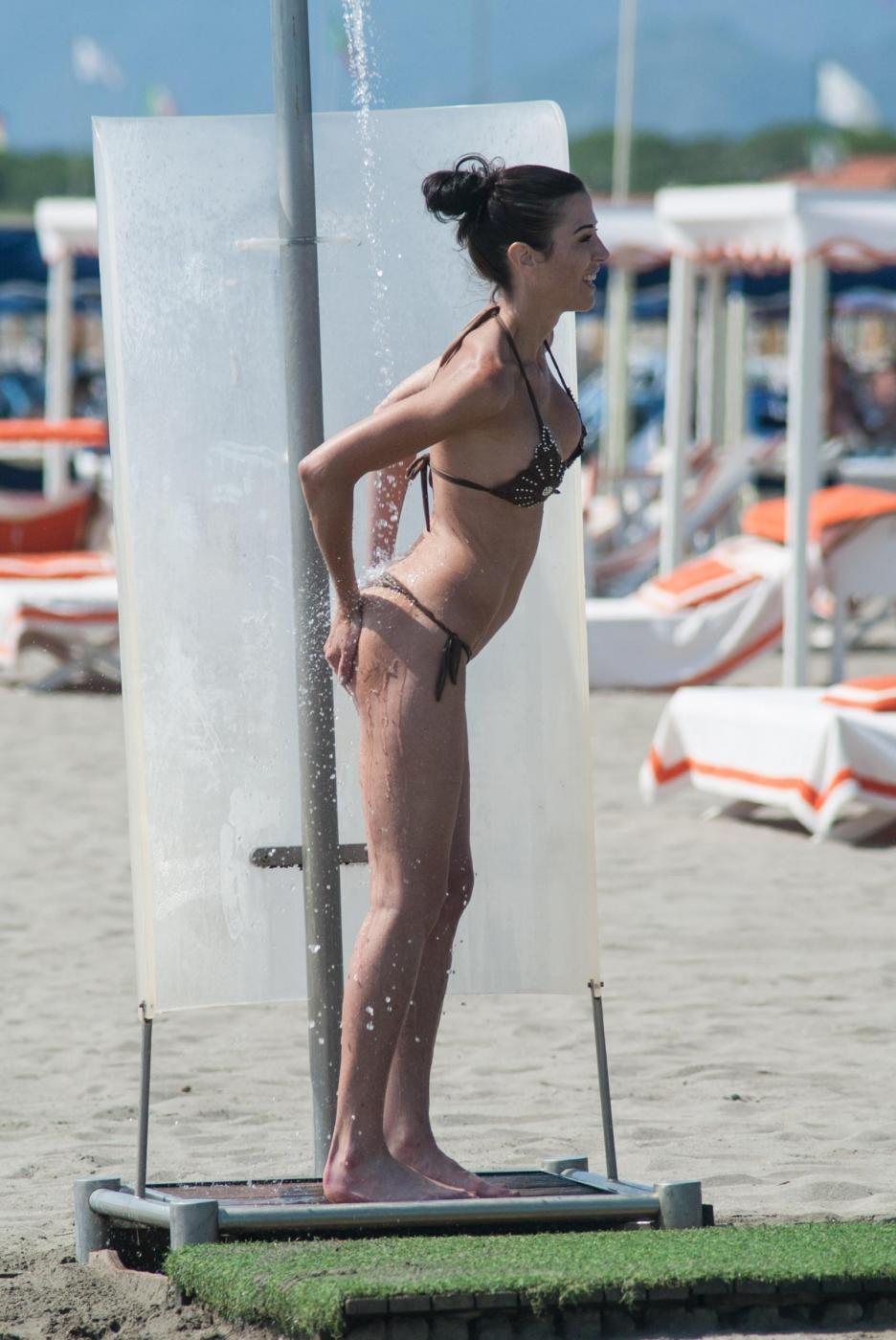 Federica Torti, doccia hot e curve da urlo a Forte dei Marmi FOTO 5