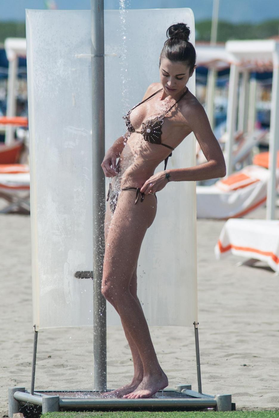 Federica Torti, doccia hot e curve da urlo a Forte dei Marmi FOTO 12